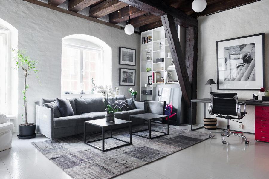白い床にライトグレーのソファーです。ソファーとラグマットとフローリングがグラデーションで綺麗ですね。