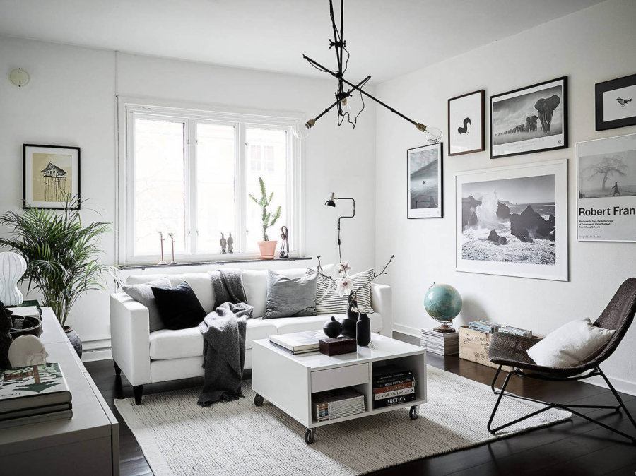 黒い床に白いソファで合わせたおしゃれな海外インテリア事例。