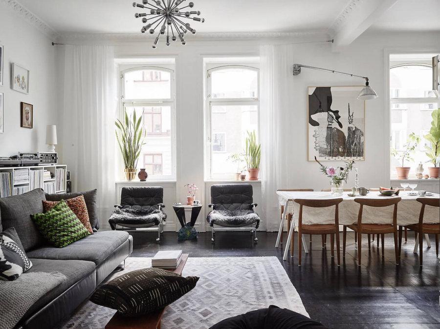 床の色がブラックでソファがダークグレーを使用したインテリア事例。