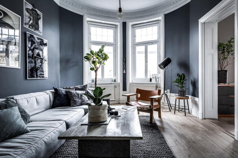 壁面の色がブルー系の色で建具をホワイトにすることで全体のバランスを加工しています。ソファーはもう少し淡い色になっているので部屋はあまり広くありませんが圧迫感を感じさせる事はありません。ロフト後構造になっておりハシゴはホワイトです。