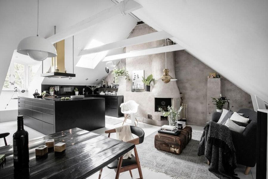 三角屋根に梁の色ホワイトにして明るめの空間にしています。キッチンをブラックにすることでシックな印象です。