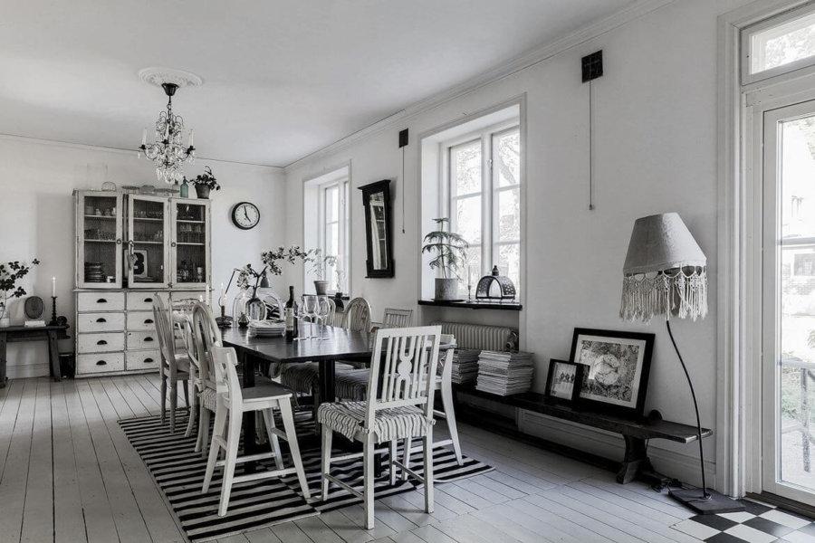 白いフローリングはやや使い込まれた印象です。ダイニングテーブルはブラックですがダイニングチェアはやや装飾性のあるデザインで外している感じです。