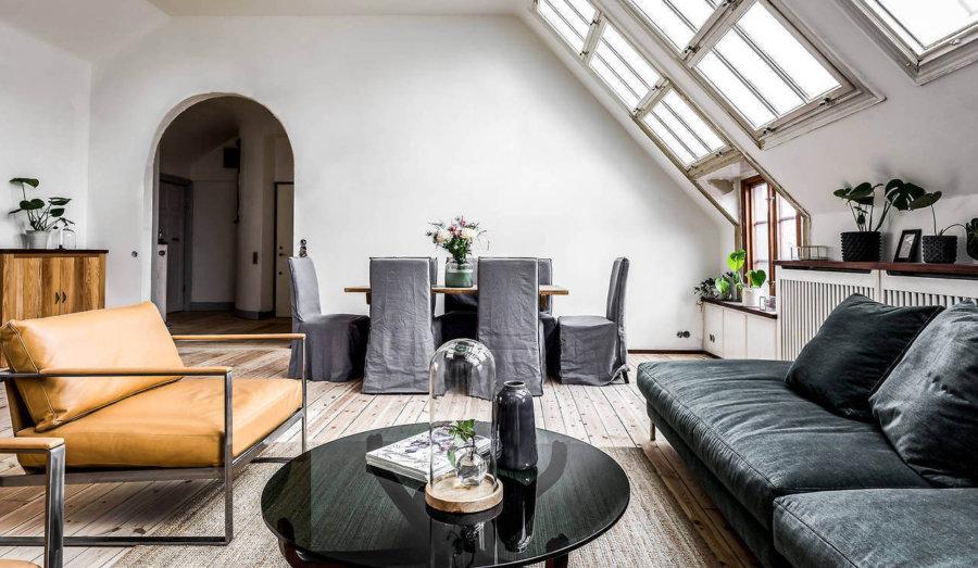 天井が怖い天井になっています。入り口のアーチ状になっており建築としてかなり個性的です。フローリングは白に近い色で空間全体が明るい印象です。広さが十分にあるのでソファーもかなり大きめのもの置いています。