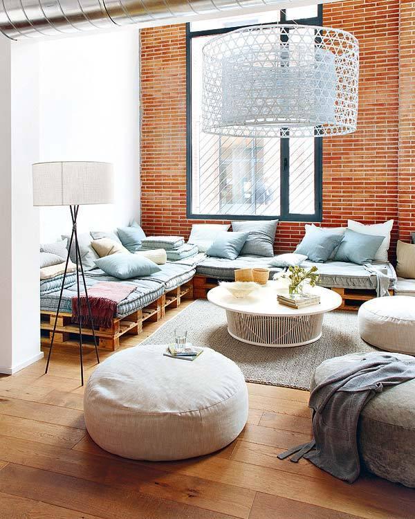 コンテナで使うパレットをソファーの土台として使用しています。赤茶色のレンガも空間の中ではうまくマッチングしていると思います。本来の目的と違うものをうまく再利用するそういった遊びのある空間は面白いですね。