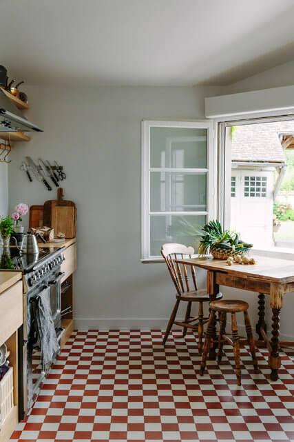 赤と白のタイルで木製家具はミディアムブラウンからーです。白と黒のタイルよりもかなり明るい感じでカジュアルな雰囲気になります。