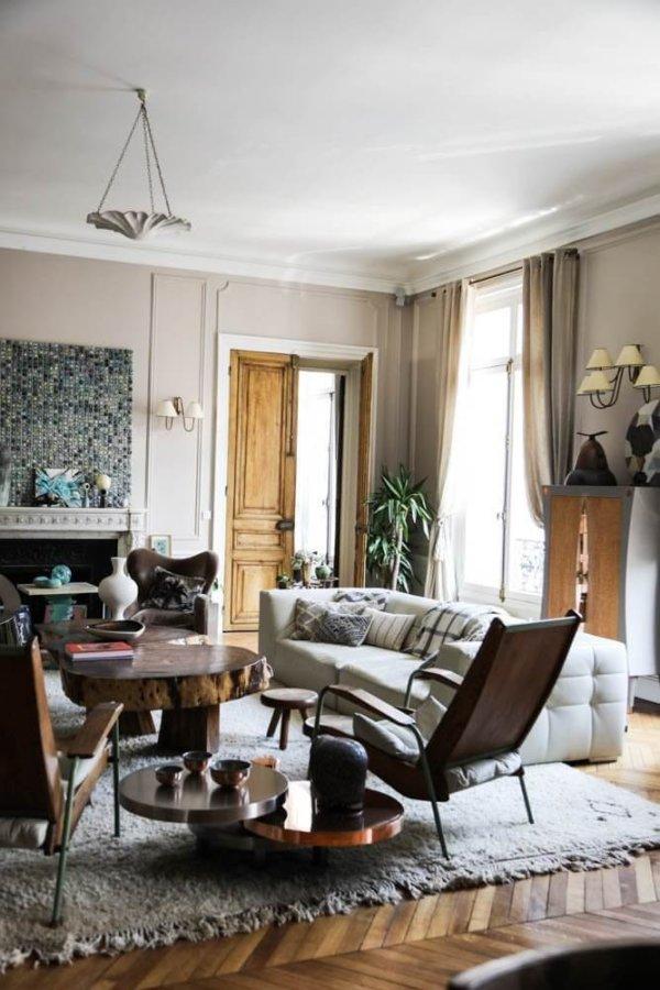 ヘリンボーンのナチュラルカラーの床と1枚板を使ったリビングテーブルのインテリアイメージ。床材の色がそれぞれ違っているので個性的な表情を醸し出している。