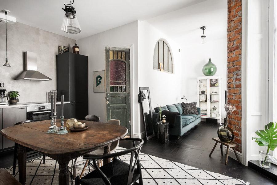 古材を使用したビンテージ風の家具とモダンなキッチンのミックススタイルインテリア。