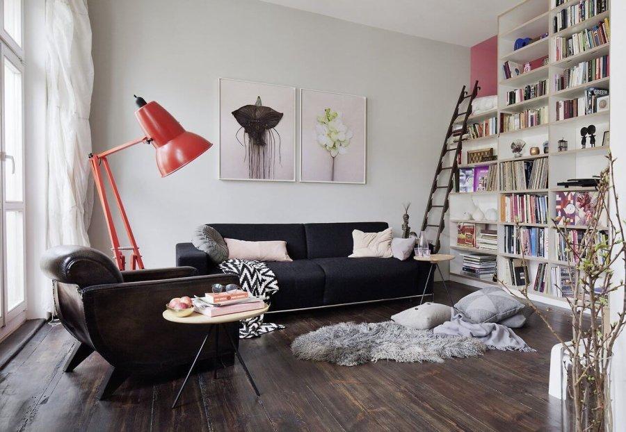 フローリングの色はダークブラウンからでかなりマットの仕上げです。使い込まれた木材の風合いがいい感じで醸し出されています。大きな書棚は壁と同じ色にすることで圧迫感を感じさせませんが背面はピンクで少しポイントになっていますね。