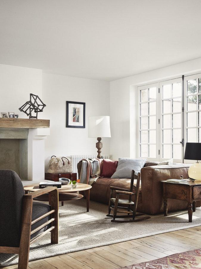 明るい床に少し色の濃いキャメルレザーのソファーを使っています。光がとにかくたくさん入りますね。白い壁と相まって空間は非常に明るいです。