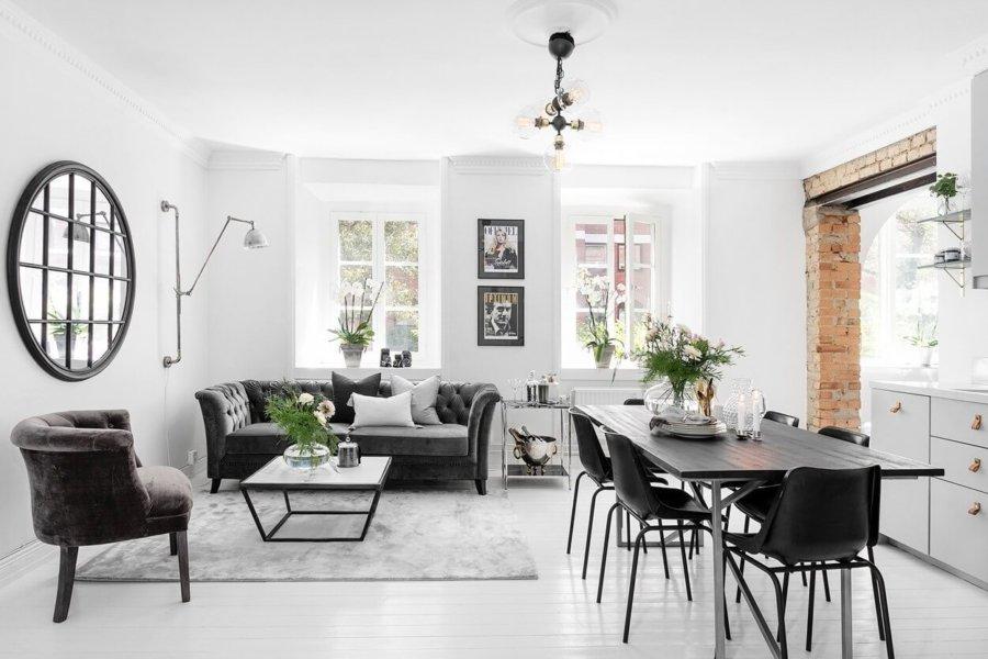 ホワイトのフローリングとホワイトの上で部屋がとにかく明るいですね。ソファーはややクラシカルなデザインで高級感を出そうとしています。インテリアグリーンも適度に配置されていてバランスがとれています。