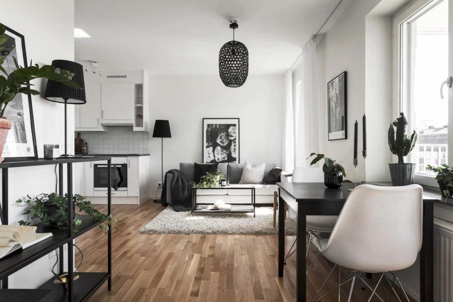 壁面はホワイトでフローリングはライトブラウンからミディアムブラウン位です。背の高い家具をおかないことで開放感を感じさせてくれます。