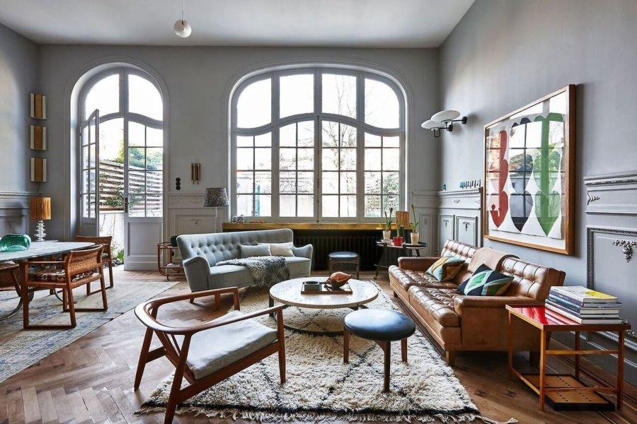 窓が大きく光がたくさん入ってくる明るい空間です。フローリングの色はライトブラウンです。ソファーの色をわざと変化させて部屋の表情豊かにしています。インテリアイメージは北欧系のイメージです。