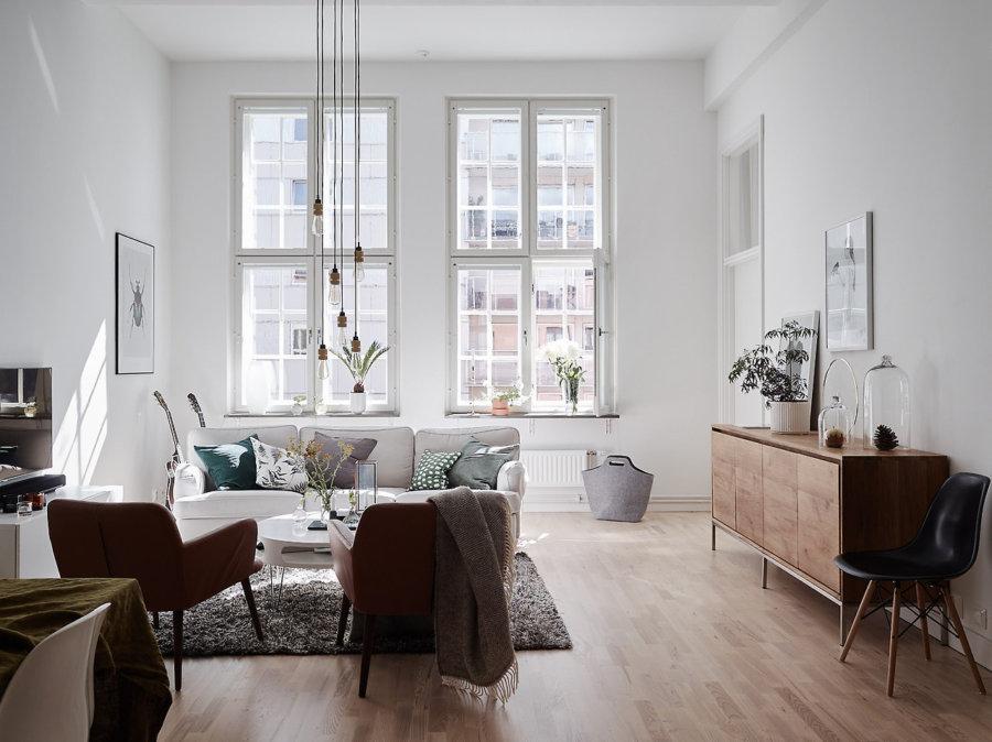 明るい色の床のフローリングに同じ色でサイドボードを合わせています。壁は白で統一されていてソファーも同じ色です。使っている色が少ないので統一感を感じさせてくれます。小さなアクセサリーでアクセントにしています。