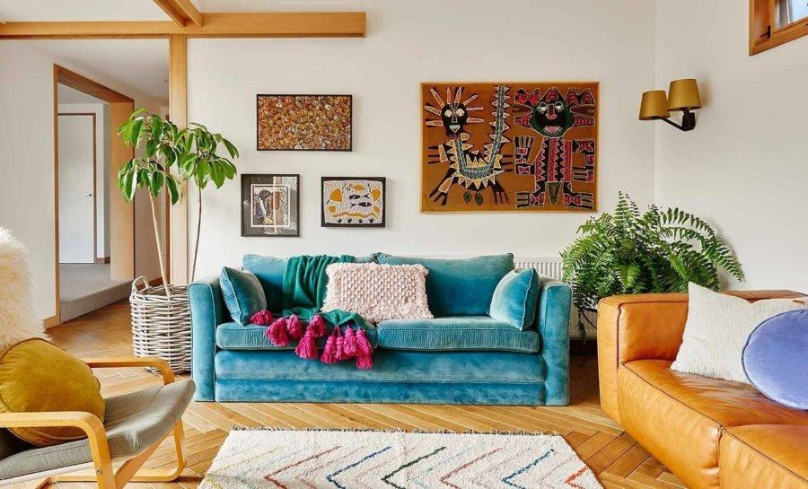 フローリングはライトブラウンです。ソファーは3人掛けのソファーで水色のソファーを使用しています。キャメルのソファーと合わせておりナチュラルな印象です。