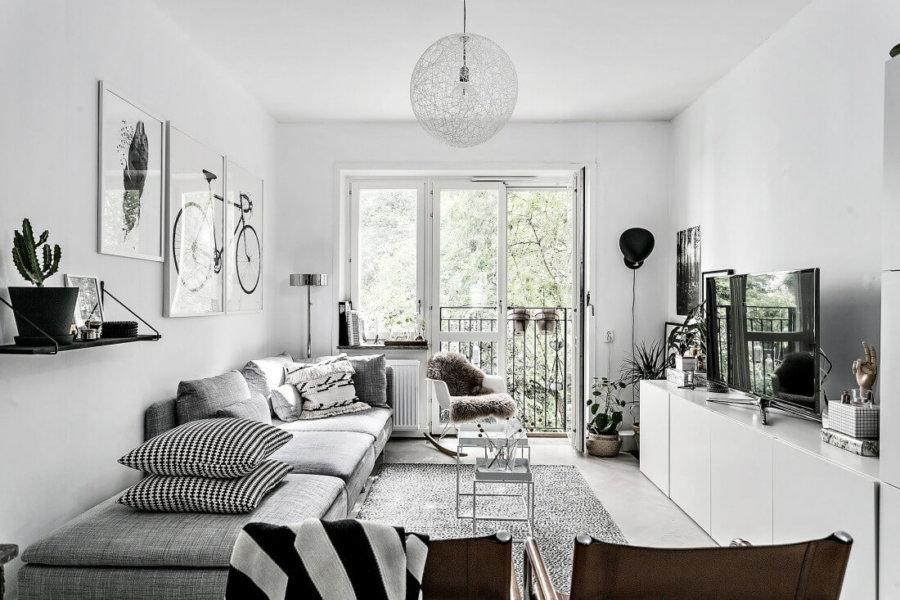 千鳥柄のクッションがおしゃれですね。テレビボードはサイドボード位の高さがあり兼用している印象です。ホワイトにすることで壁の色と揃うので出っ張っている印象を受けません。広い部屋ではない場合はホワイトカラーを上手に使うことがポイントですね。