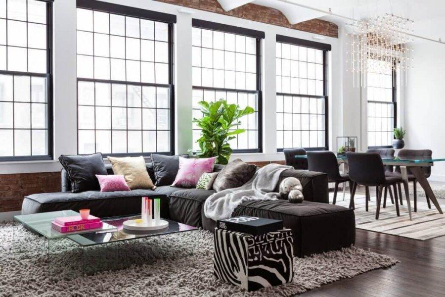 フローリングはダークブラウンからでソファーは同じようなダークブラウンで揃えられています。ラグマットを通常よりもかなり広くしてアイボリー持ってきています。リビングテーブルはガラスを使用していて圧迫感を感じさせません。