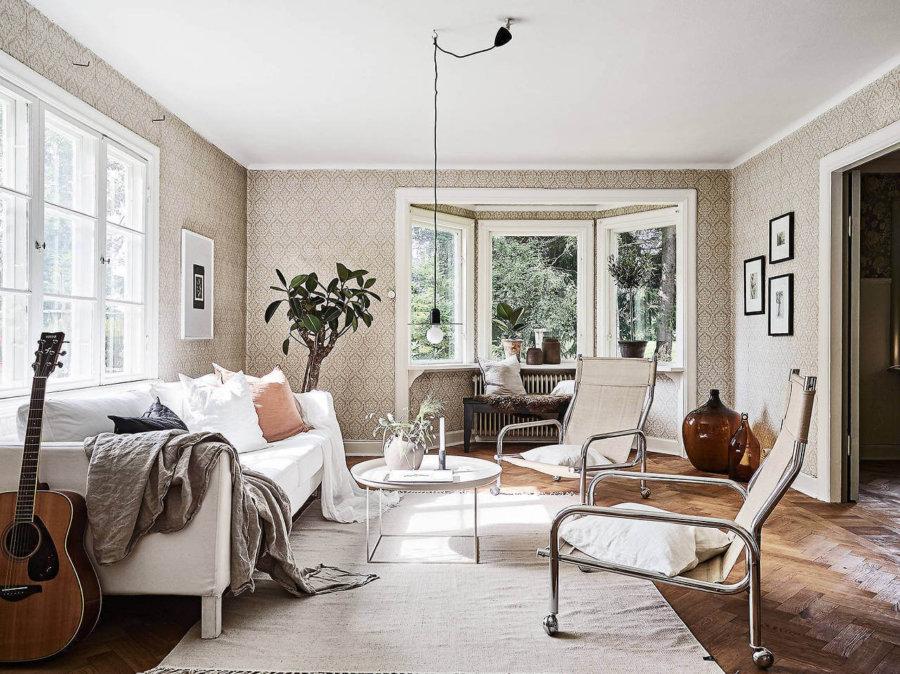 フローリングの色はミディアムブラウンからです。ソファーに立て掛けてあるギターが特徴です。ラグマットをホワイトにして空間は明るい印象です。