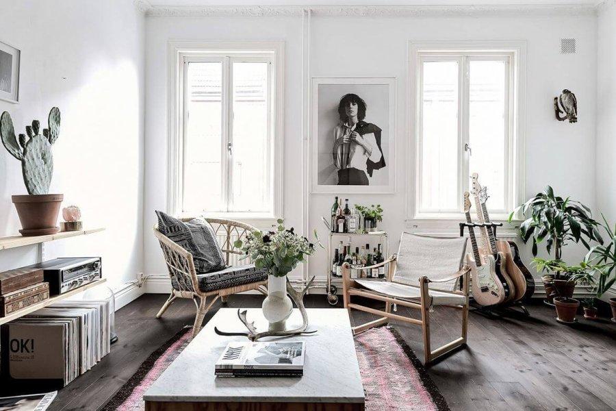 床が古材でナチュラル系の家具、ギターを飾っている海外のお部屋