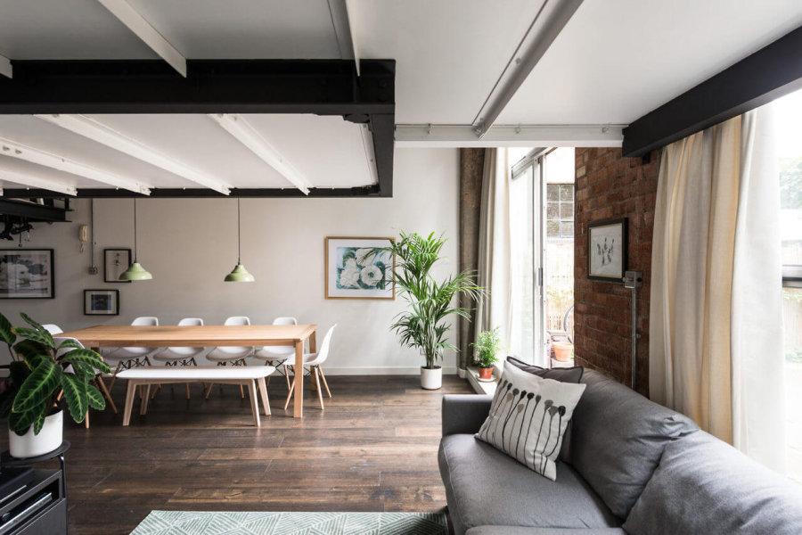 床が古材でソファがライトグレー、ダイニングはナチュラルオークのインテリア事例