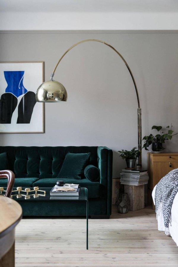 ホワイトに近いからのフローリングでソファーのグリーンです。ベルベットの生地なので光沢があり高級感のあるふ雰囲気です。