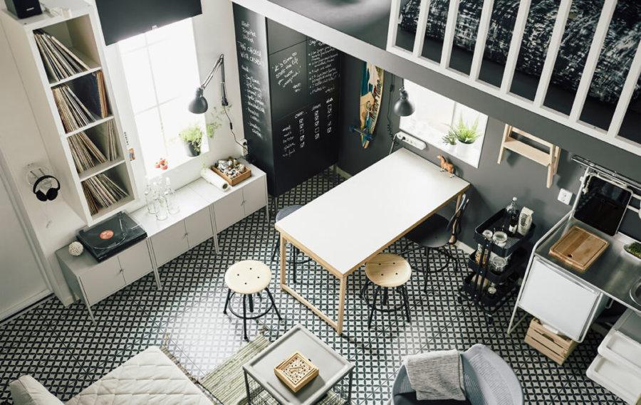 きめの細かいタイルの床で木製家具をホワイトで統一しています。壁面はグレーでややシックな印象です。