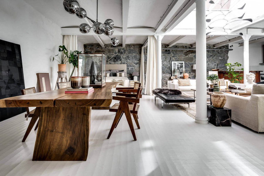 こちらも同じ部屋の別アングルです。1枚板の天板を2つ合わせています。木の自然のデザインはどんな空間にでもフィットしますね。