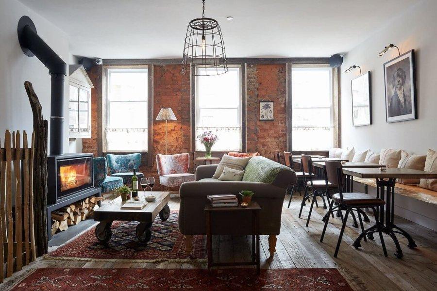 床が古材でソファと暖炉が素敵な海外インテリア事例集