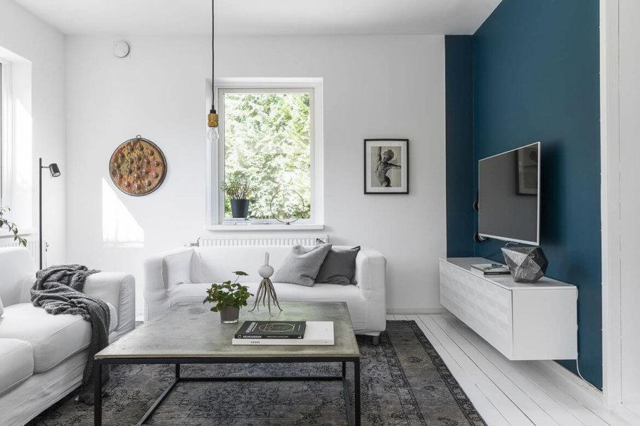 白いフローリングに白い壁でテレビの背面だけ色を変えています。ブルーの壁面はきれいな色ですね。欧米では壁も自分で乗る人が多いので気軽に変えれるという意味で強気でいろいろなことができるのでしょうか。