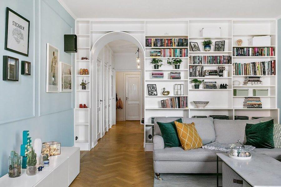 水色の壁面が全体を甘く包んでいます。書棚はかなり大きく本をたくさん収納できます。ソファーはライトグレーとクッションはからし色を使用しています。