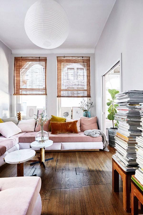 床が古材でソファにアクセントカラーでピンクを使用した海外インテリア事例