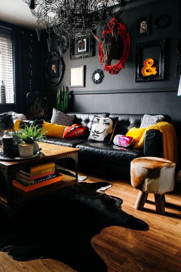 壁面場所はブラックでイエローがアクセントカラーです。かなり個性的な印象です。一生住む家ではかなり勇気がいると思われます。