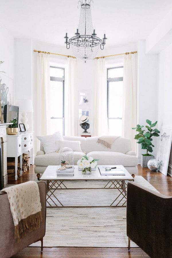 先程のイメージよりは少しエレガントなイメージです。3人掛けのソファーは白いソファーを配置しています。カーテンはアイボリー系の色を使っています。装飾レールでエレガントなイメージを演出しています。