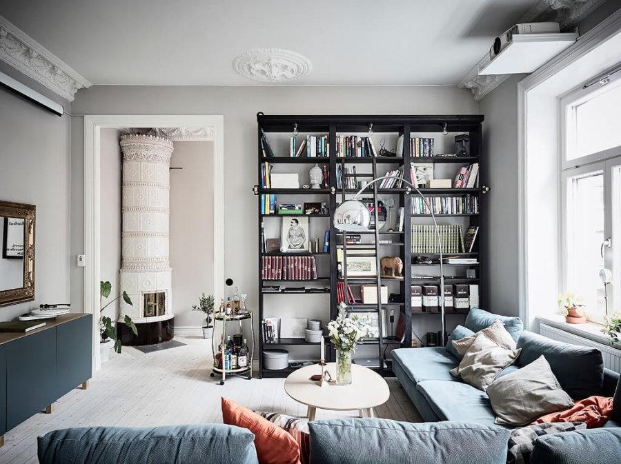 淡いブルーのそばとブラックの書棚がかっこいいですね。ソファーの色は部屋の中で重要な要素です。自分の部屋の理想型がどんな形なのかそしてどんなイメージなのかそれをこのウェブサイトでインスピレーションとして感じていただけると嬉しいですね。