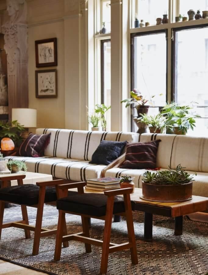 観葉植物のおしゃれな飾り方実例集ぽっかりあいた出窓のスペースも植物で有効利用