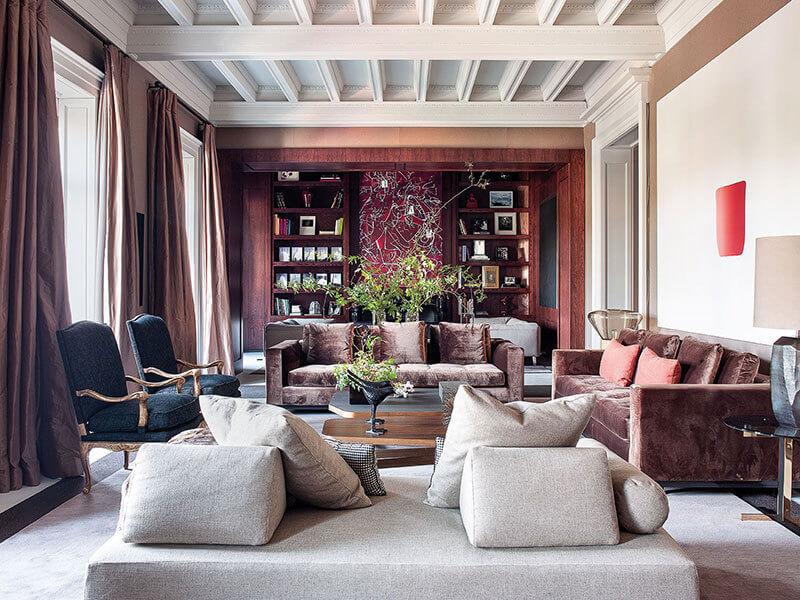 この大規模のプロジェクトに取り組んでデザイナーのアパートは、困難な課題に直面していました:不動産に古典建築の素晴らしさを復元するために、マドリードのサラマンカ地区にあるカタロニアの建築家アルベルト・フィッツロペスによって1914年に建て。20世紀に所有者が何度も変更され、改修工事が行われたため、家は元のデザインの要素を失い始めました。しかし、大変な作業のおかげで、デザイナーはインテリアの古典的な本質と洗練さを回復し、家庭生活に適したものにすることに成功しました。柱や化粧しっくいは現代絵画とは完全に対照的ですが、芸術作品は部屋自体と同じくらい大きくて強いです。