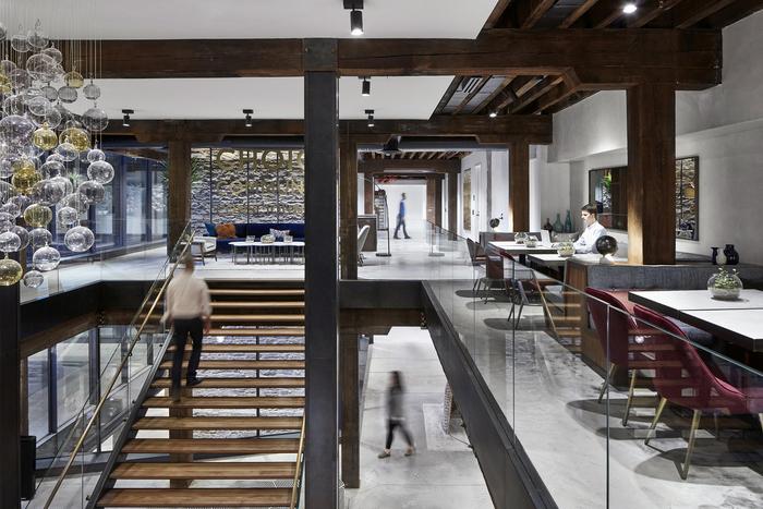 オープンな雰囲気で仕事をどこででもできる環境ならではのレイアウトだと思います。