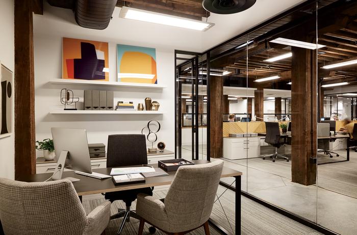 床はホワイト系で建具や柱がダークブラウンで統一されています。色のコントラストがはっきりしていて高級感があります。
