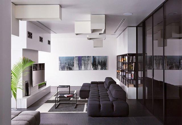 次のリビングルームは超近代的です。照明器具は幾何学的で審美的に魅力的ですが、壁に芸術作品を置くと部屋を大きくしてくれる楽しい色がついてきます。デザイナーは、シンプルな本棚を黒い枠で囲むだけで、次のレベルに持ち上げました。